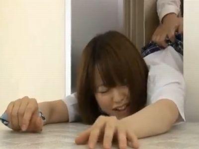 女子校生がエレベーターに挟まってお尻を突き出していたからバック挿入で中出しレイプ!