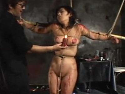 牢の中でカラダを縛られ、ロウやムチで責められる人妻
