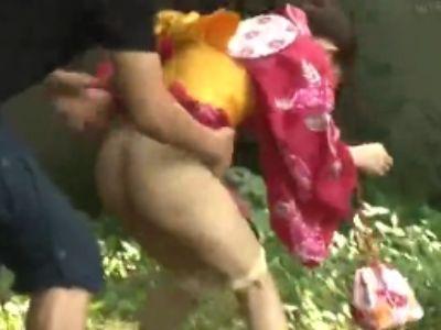 野ション中の悲劇!浴衣少女がオシッコ中に襲われて即レイプされたwwww