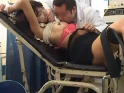 産婦人科に来たお姉さんが分娩台で拘束されて中出しされてしまう