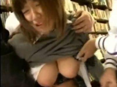 本屋で立ち読みしていた巨乳JKを取り囲み、その場でレイプ!