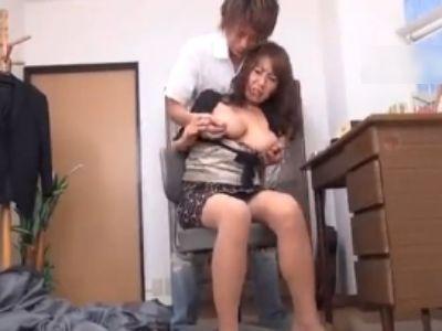 「でけえ乳しやがって!」勉強できない腹いせに巨乳母を犯す息子…