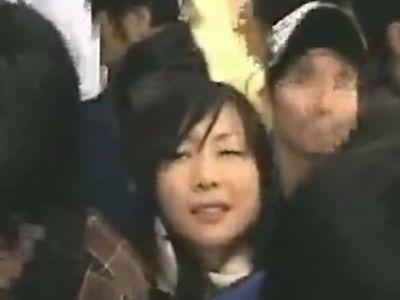 通学中の満員電車で立ち素股で痴漢レイプされる女子校生