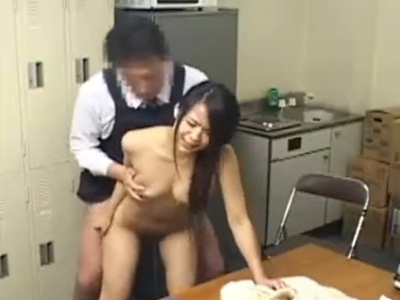 万引きがバレて事務所に連れてこられた人妻が店長から中出しされる