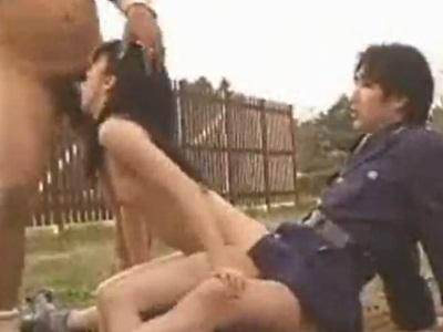 【鬼畜】空き地で店主と警察官から犯され、ぶっかけられる女子校生