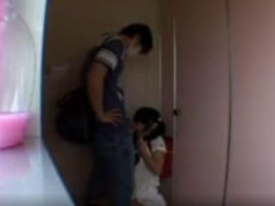 ランドセルを背負った娘がトイレにいたから手コキさせてぶっかけた
