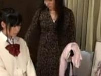 【JC ロリ動画】母親が近くにいるのにロリコン整体師にレイプされてしまう女子中○生!