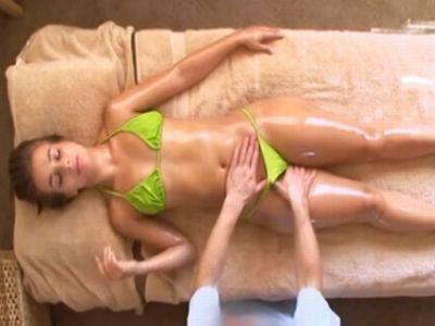 スケベなオイルマッサージで中出しレイプされてしまった巨尻のパイパン外人娘
