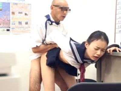 事務所でハメられて犯されてしまう無賃乗車をした女子校生