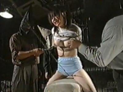体操服姿の女の子を跳び箱の上で拘束して陵辱する男たち