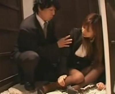 居酒屋で泥酔した美人OLを介抱するフリしてガチレイプwwww