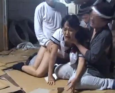 激しく抵抗する女子校生たちが廃墟でオッサンたちから中出しレイプされるwwwww
