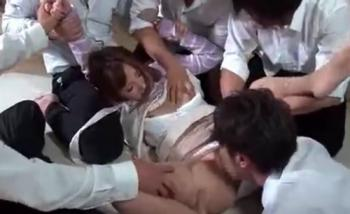 女教師が男子生徒たちに囲まれて為す術もなくレイプされるのって興奮するよね