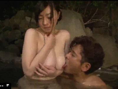 無防備に混浴風呂に来た巨乳女性に群がり中出しで輪姦する男性客達
