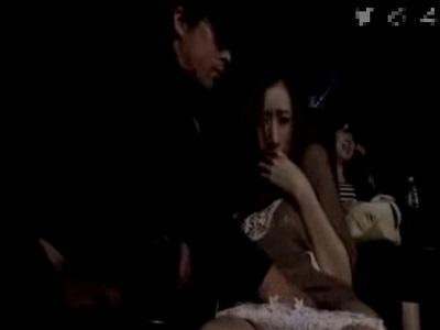 映画鑑賞中に隣の客に体を触られチ〇ポを咥えさせられる女性