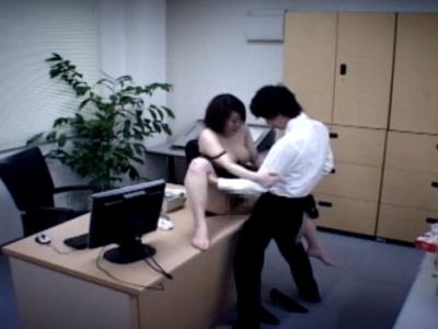 仕事でミスをした巨乳OLが上司にハメられて中出しされてしまう