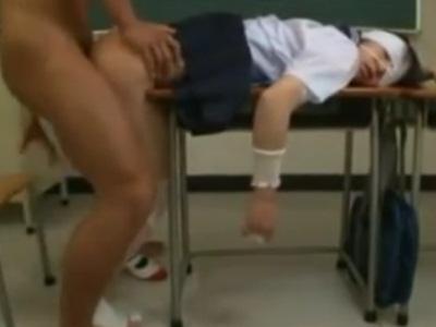 【鬼畜】大怪我をしている女子校生を教室で犯す酷い男