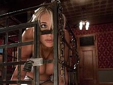 【外国人】 いつでもレ●プできるように檻に監禁された外国の少女・・・