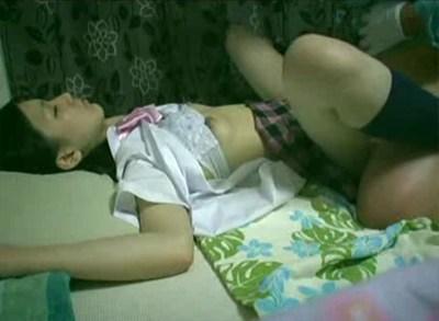 【個人撮影】家出少女二人を眠らせてレ●プしまくる男wwww
