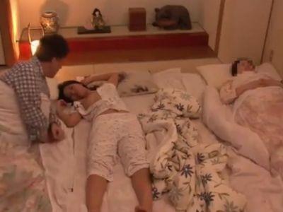 巨乳の娘がおっぱい丸出しで寝てたので、寝ている嫁の横でハメまくったwww
