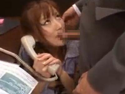 美人OLが電話応対中に面白がってセクハラレイプするエロ上司