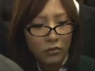 満員の電車内で女子校生にチ●コを擦りつけてみたったwwww