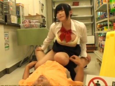 職場を私物化するコンビニ店長が女子校生を店内でレイプ!