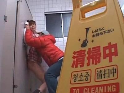 トイレに押し込まれて揉みくちゃレイプされる巨乳ムスメ