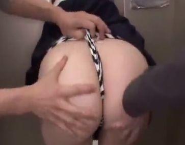 故障したエレベーターに挟まり身動きできないデカ尻女子校生をバック挿入中出しレイプ!