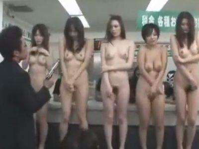 銀行強盗が行員の女性たちを全裸にさせて公開レイプしている映像が鬼畜すぎる…