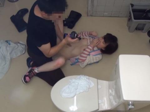 公衆トイレでハメ撮りされて中出しされる女の子