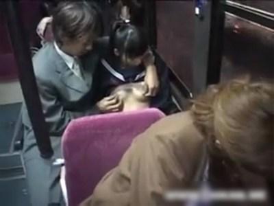 バスの座席で美少女ポニーテール女子校生を痴漢!いきり立った肉棒をシゴかせるwww