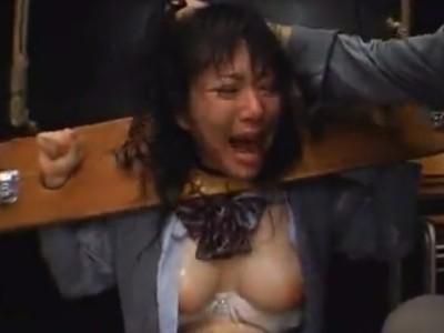 【嘔吐注意!】JK2人をギロチン拘束して徹底的にイラマチオ責めする壮絶レイプ!