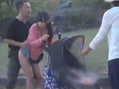 え、赤ちゃんがいるのにレイプを!?ベビーカーを押しているママを犯す鬼畜男