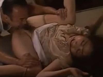 自宅にストーカーに侵入され強姦されている姿を旦那に見られる人妻