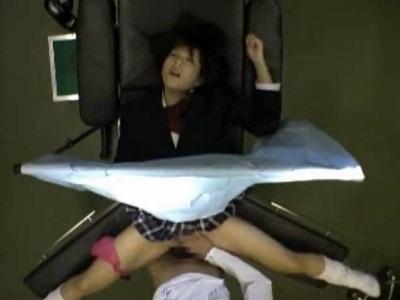 女子校生の患者を診察室で中出しレイプする悪徳産婦人科医