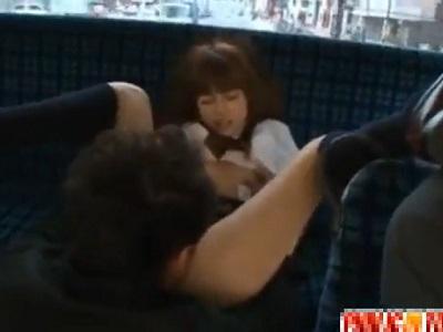 がら空きのバスの車内で痴漢に襲われる可愛い顔の女子校生