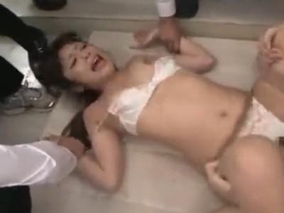 イジメ被害にあっている男子生徒を利用して、姉の美人女教師を連続中出しレイプ!