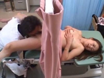 産婦人科にきた人妻をハメ撮りしながら中出しする医師