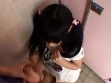 児童公園のトイレから出てきたランド●ルを背負った少女にチ●コを握らせてみた