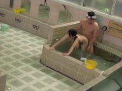 男風呂で父親に連れられた少女が物陰でレ●プされとるwwww