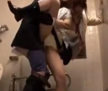 電車内でパンツ丸出しで寝てるポニーテール女子校生がいたからトイレに連れ込んでレ●プしたったwww