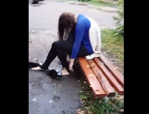 ヤリサーでボロボロにされた少女が泣いてるところを更にボコボコにされてる……