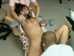 歯の治療中に患者を拘束し麻酔をかけて犯す歯科医とグルの歯科助手