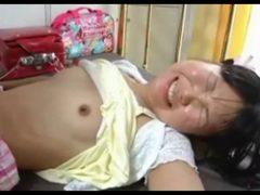 兄からレ●プされ処女喪失の激痛で悲痛な顔をするツインテール小●生