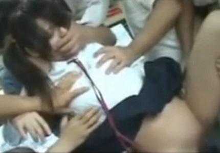 バスの車内でチ●ンの集団に襲われて輪●されてしまう女子校生