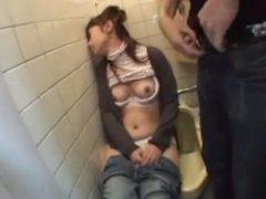 泥酔しきって用を足す途中で寝てしまった女性を中出しレ●プ!