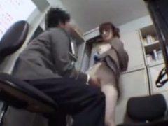 無賃乗車しても反省しない女子校生に中出しする男性駅員