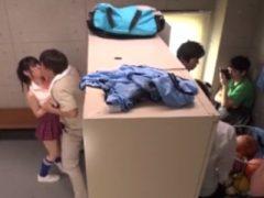 男子校生たちがいる部室でオッサンに犯される女子校生