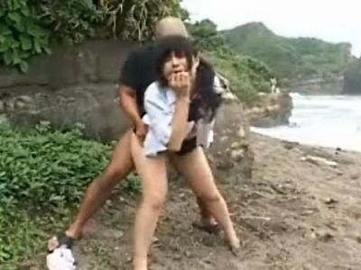 海で野外排泄しているところを襲われてしまう女子校生